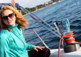 dziewczyna-jacht-kabestan-lina-szczescie-chorwacja